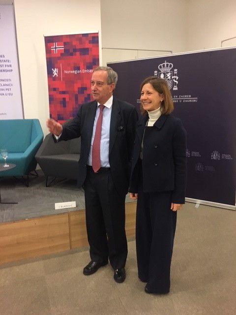 El embajador de España en Croacia, Alonso Dezcallar, con la catedrática Jean Monnet de la CEU UCH, Susana Sanz.