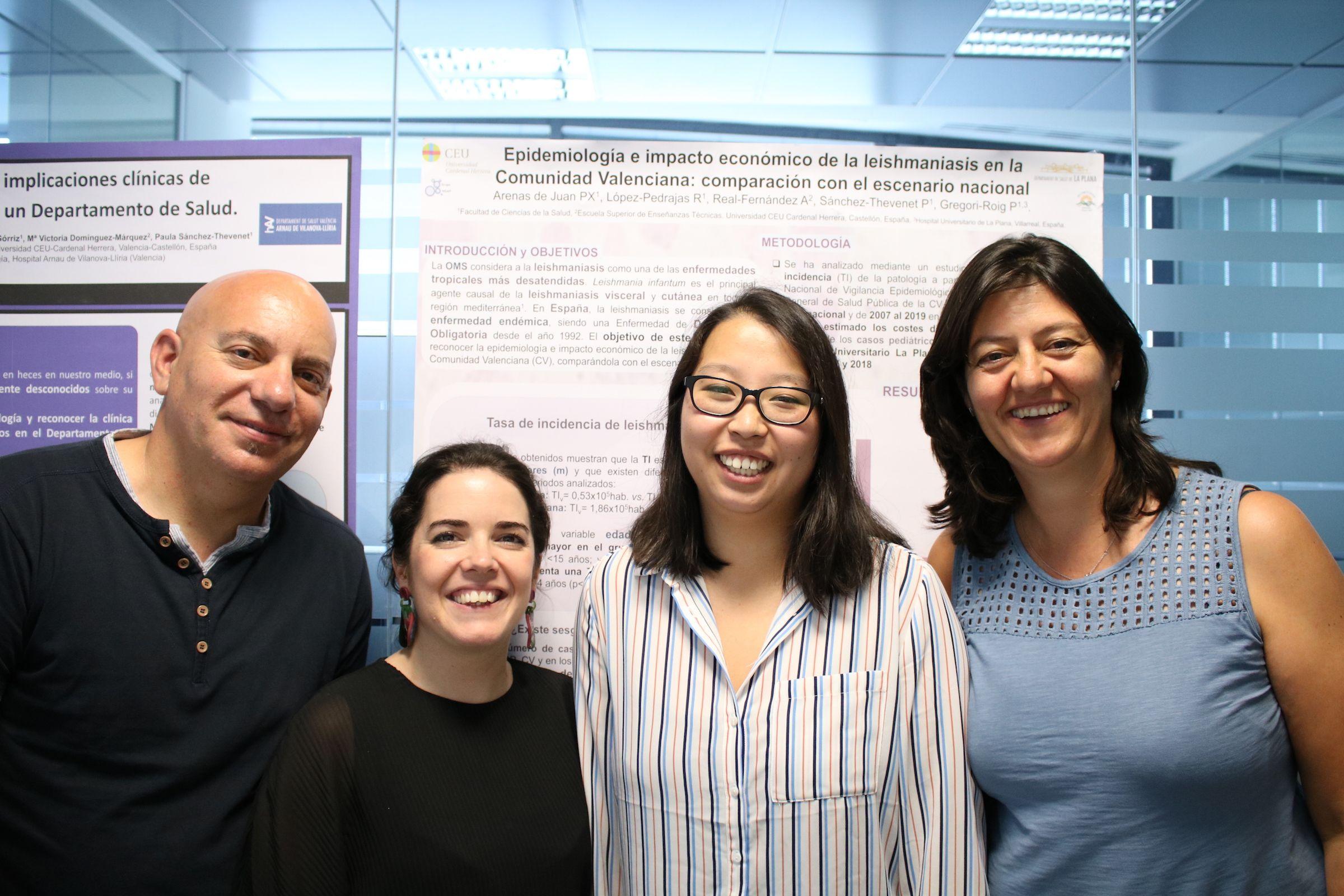 La estudiante Patricia Arenas, junto a los profesores de Medicina de la CEU UCH junto a los que realizó su estudio sobre leishmaniosis.