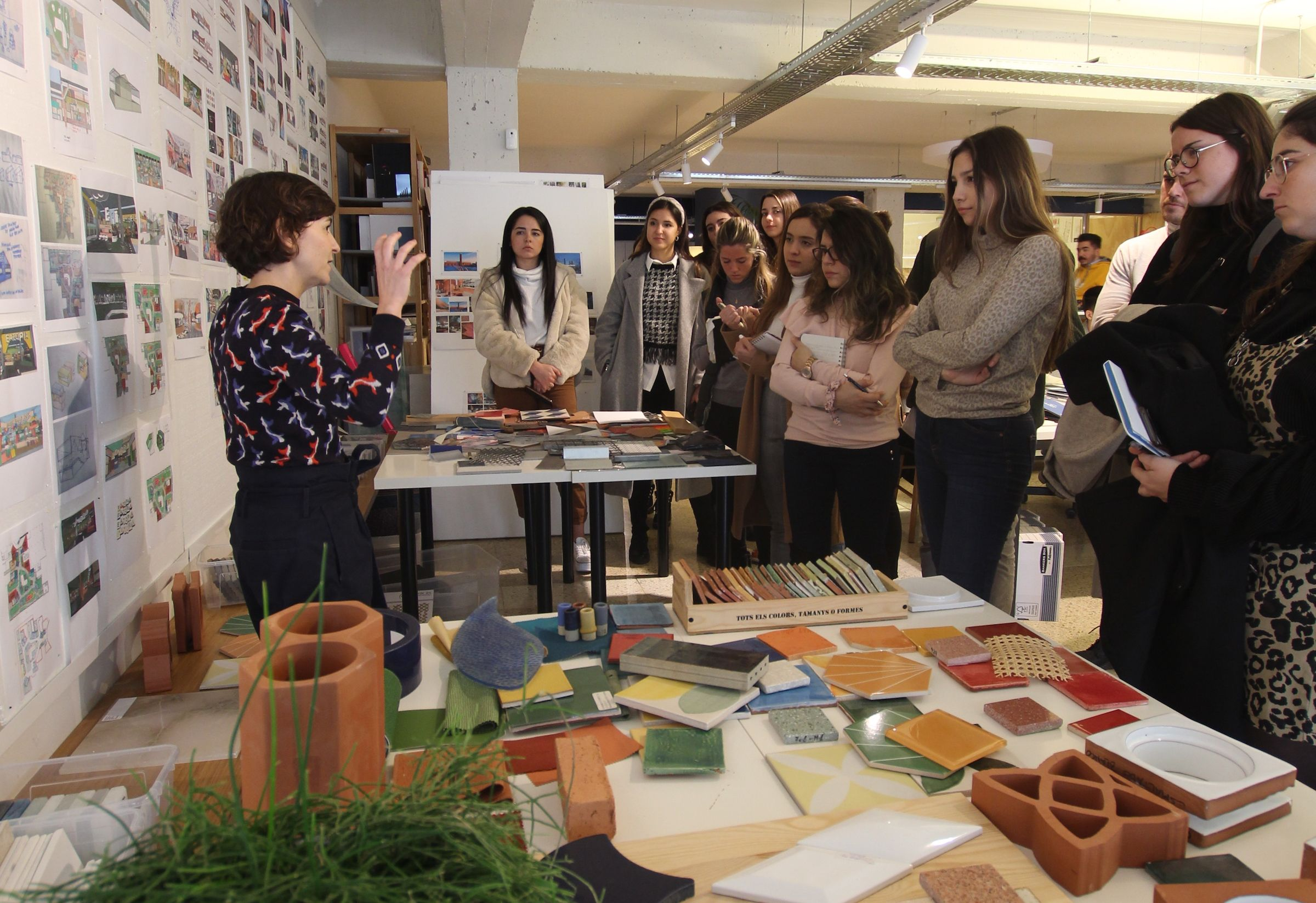 Los estudiantes del Máster Universitario en Diseño de Interiores de la CEU UCH, en el estudio de El Equipo Creativo en Barcelona.