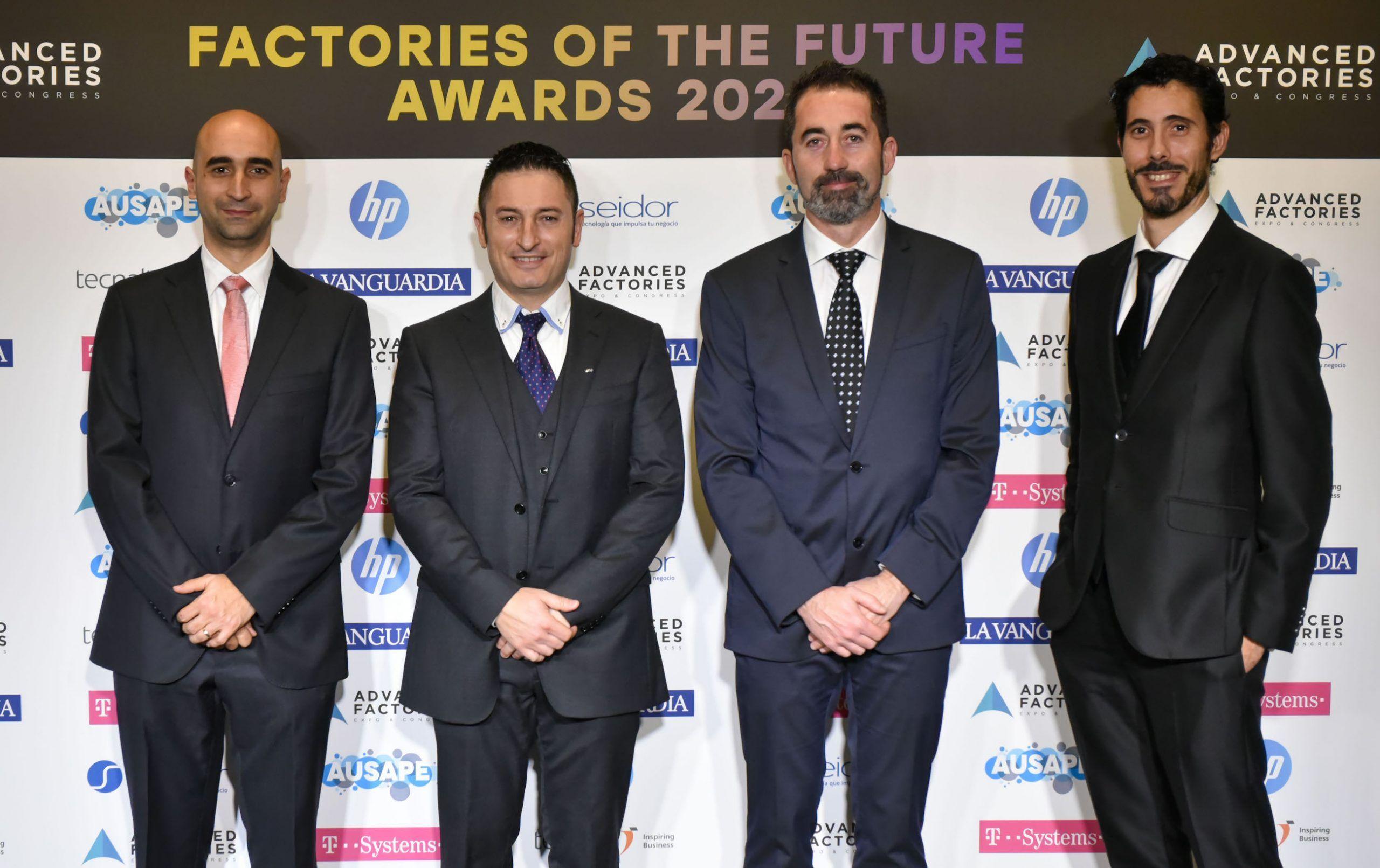 Miembros del equipo de Ford Valencia y la CEU UCH, anoche en la gala de los premios Factories of the Future Awards, celebrada en el Hotel Arts de Barcelona.