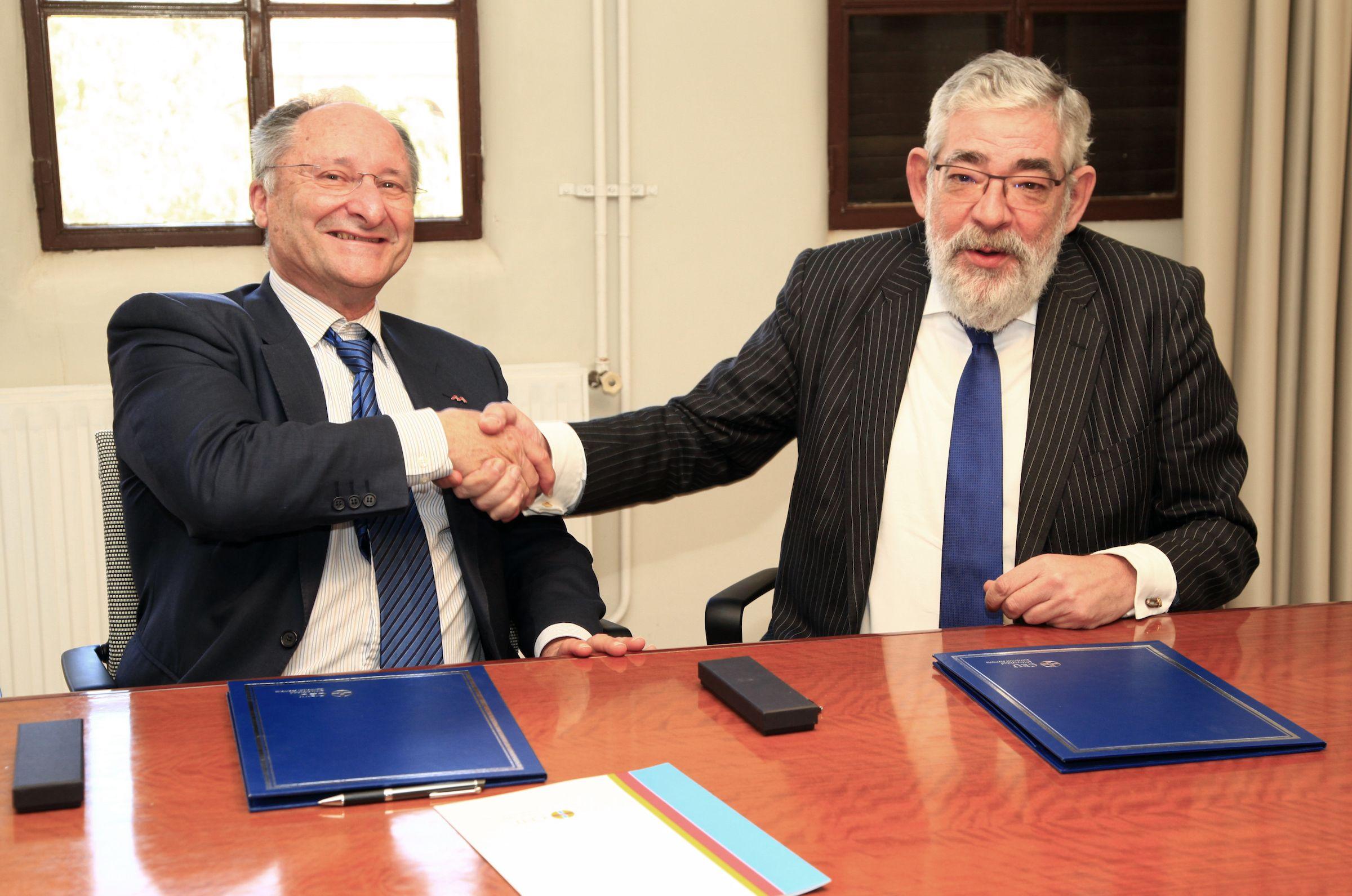 Joan Llinares, director de la AVA, y Vicente Navarro de Luján, rector de la CEU UCH, en la firma del convenio.