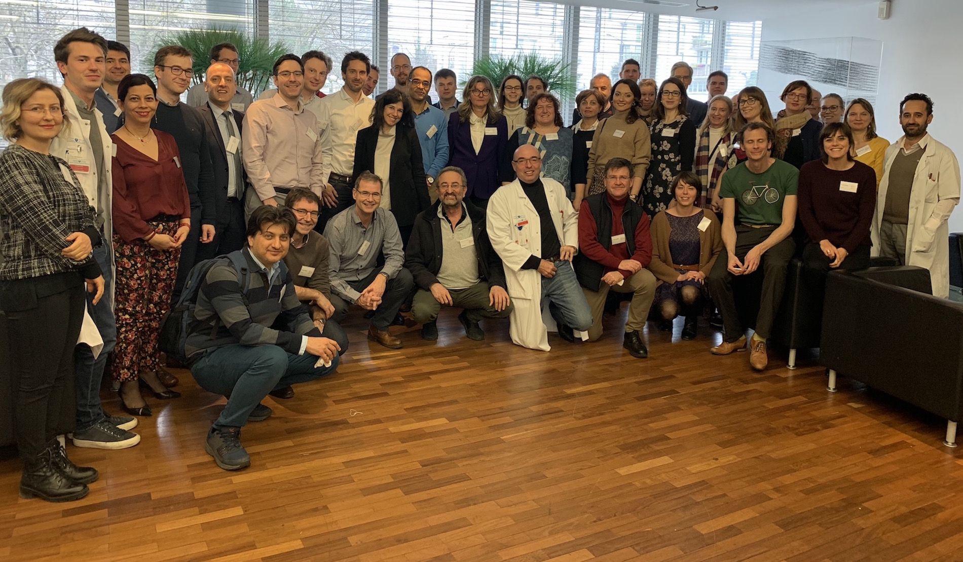 El profesor Rodilla, de la CEU UCH, con los investigadores integrantes de la red VascAgeNet, en el encuentro celebrado en París.