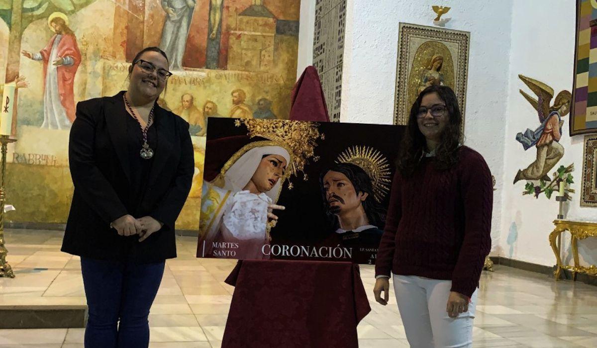 La Hermana Mayor de la Hermandad almeriense y la estudiante de la CEU UCH, Marina Redondo, en la presentación del cartel para la Semana Santa de 2020.