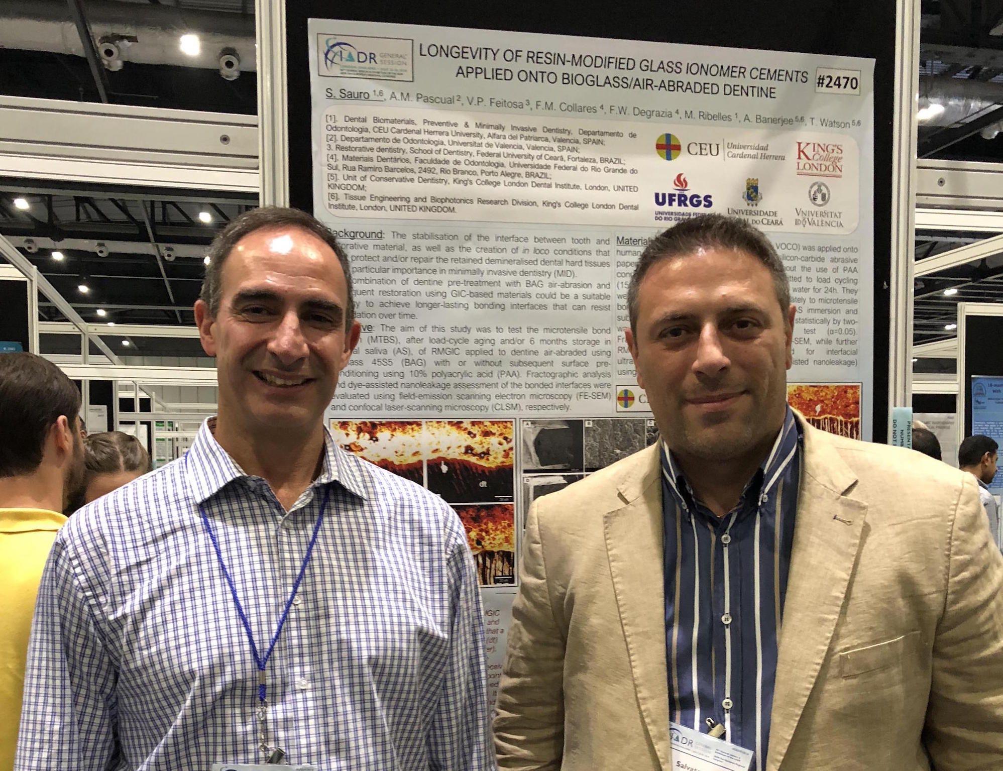 El profesor de la CEU UCH Salvatore Sauro, a la derecha, junto al anterior presidente del Grupo de Materiales Dentales de la IADR, Ricardo Carvalho, durante el último Congreso Paneuropeo de la Asociación, celebrado en Londres en 2018.