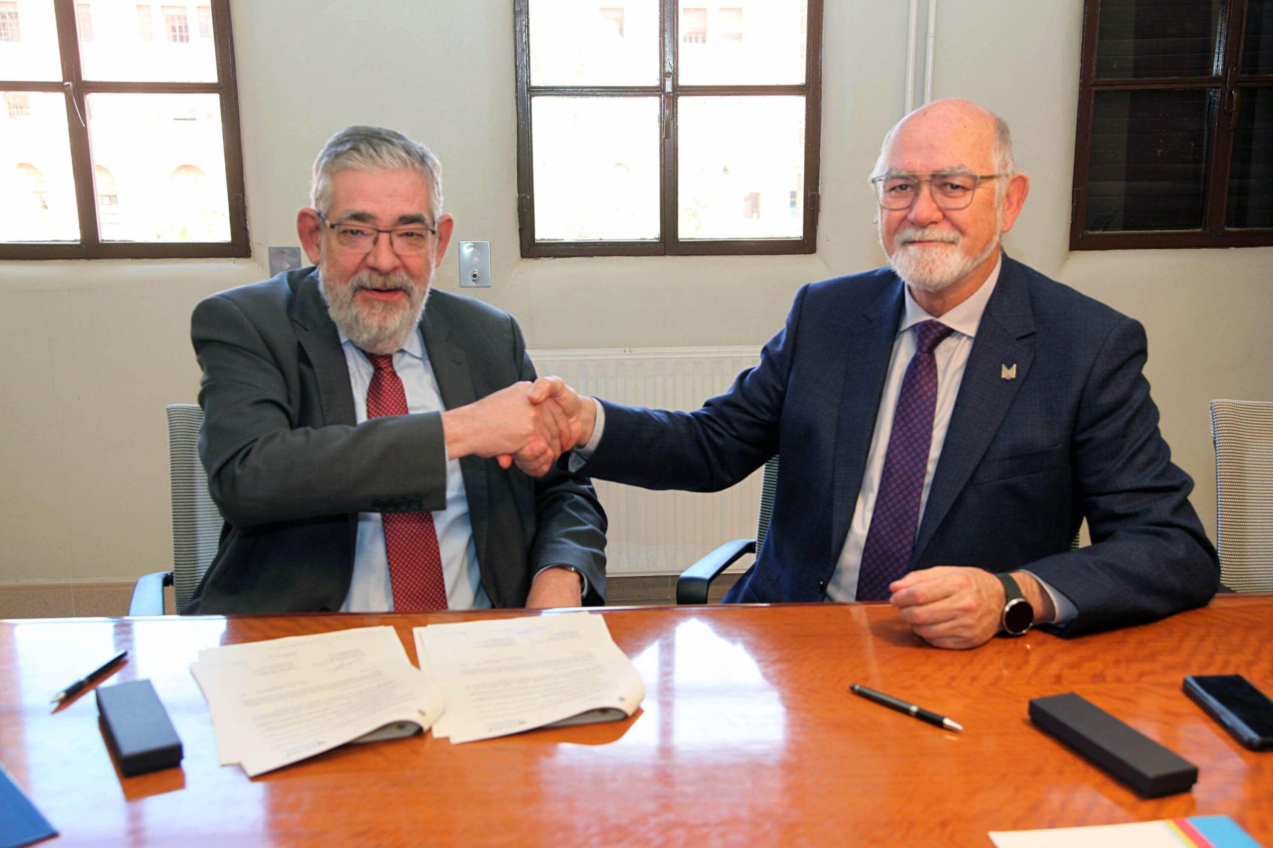 La firma del convenio para la Cátedra DeCo por parte del presidente del Colegio de Farmacéuticos de Valencia, Jaime Giner, y del rector de la CEU UCH, Vicente Navarro de Luján, se celebró en el mes de febrero.