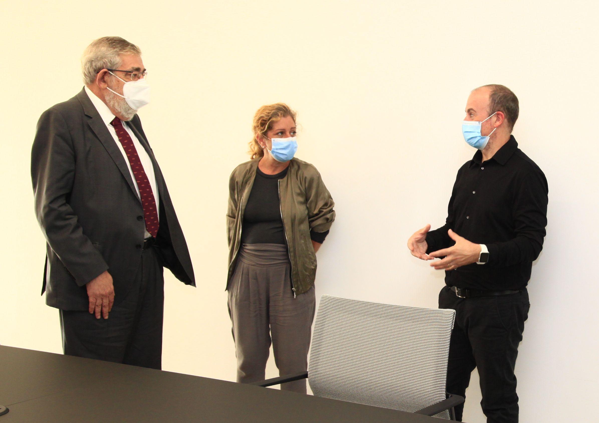 El rector Vicente Navarro de Luján, la directora de la Escuela de Diseño del CEU, Sara Barquero, y el director general de la WDC2022, Xavi Calvo.