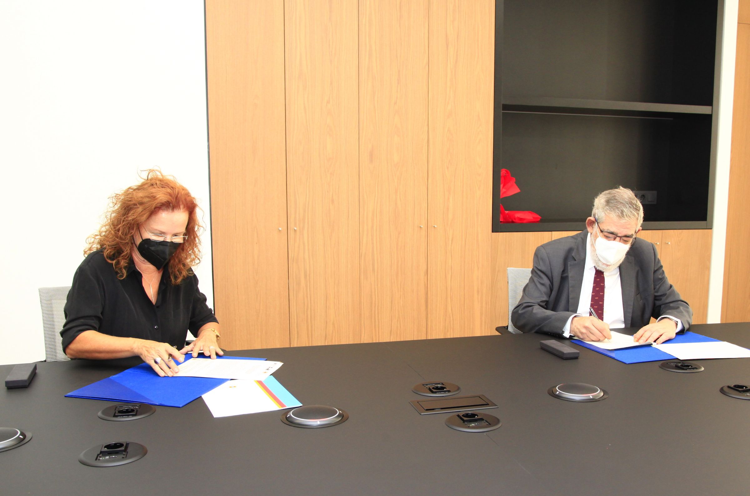 La directora financiera de la Associació València Capital del Disseny 2022, Amparo Balbastre, y el rector de la CEU UCH Vicente Navarro de Luján, durante la firma del convenio.