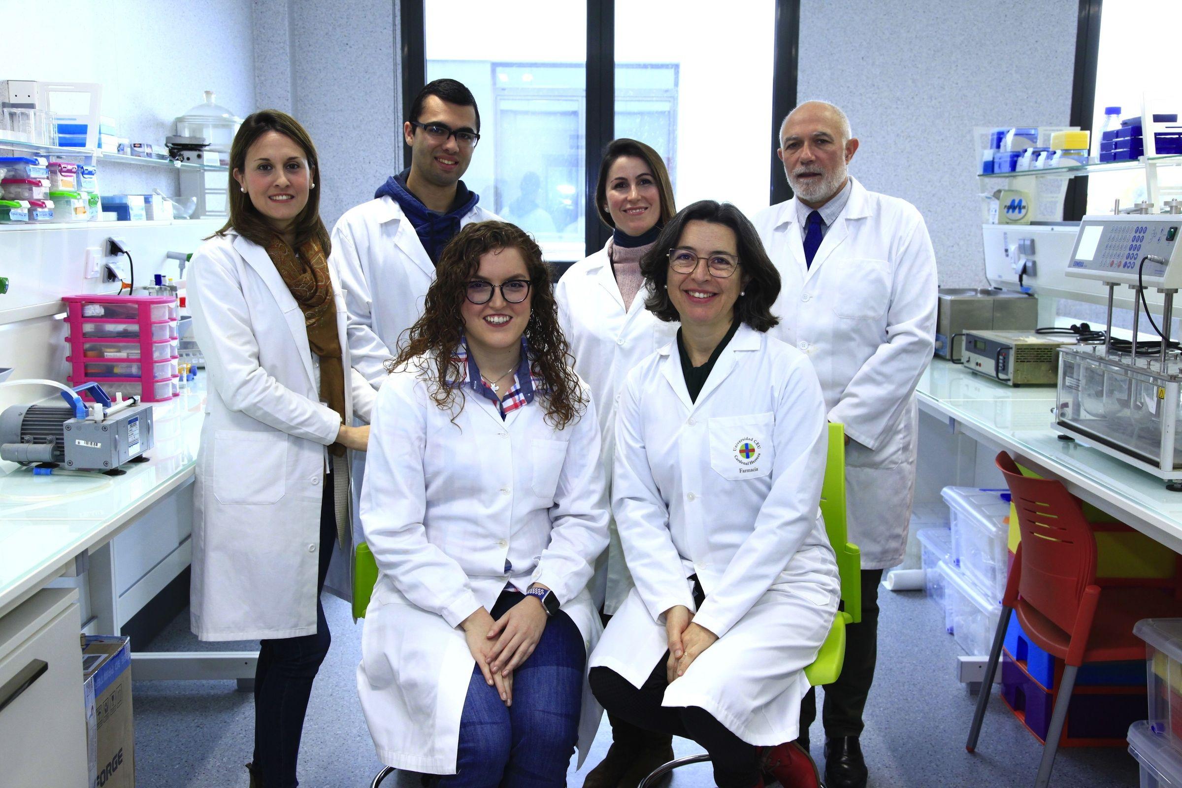 Los investigadores de la CEU UCH Cristina Balaguer, Adrián Alambiaga, Aracely Calatayud, Vicente Rodilla, María Sebastián y Alicia López, autores del estudio sobre administración de antioxidantes a través de la córnea y la esclera.
