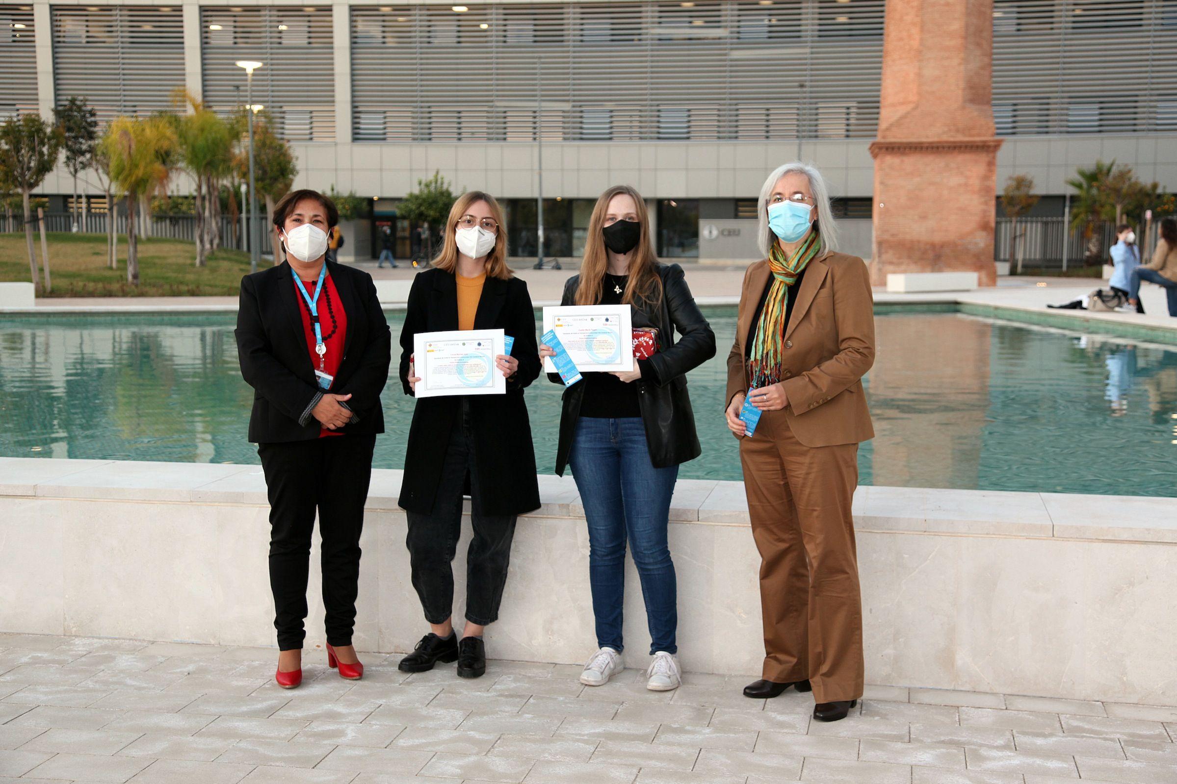 La vicerrectora de Alumnado de la CEU UCH, María José González, las estudiantes ganadoras del reto sobre antibióticos Lucía Bernat y Caitlin Tygart, y la directora del equipo SWICEU, Teresa Pérez Gracia, en la entrega de los premios.