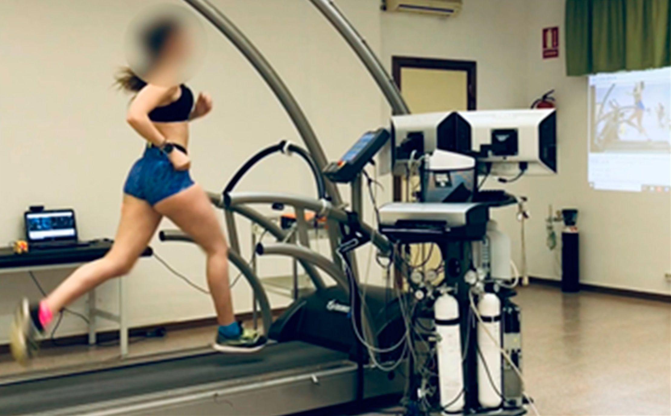 Intervención clínica en carrera gait retraining en jóvenes triatletas, realizada por investigadores de la CEU UCH.