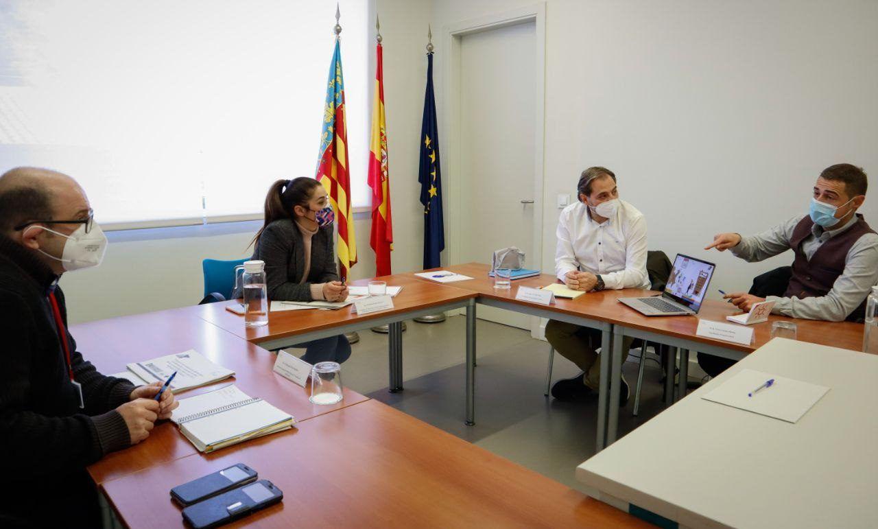 El director general Benjamín Pérez y la consellera Mireia Mollá, con los profesores de la CEU UCH Jesús Cardells y Víctor Lizana, en la reunión sobre el proyecto VíaLynx. Foto: GVA.