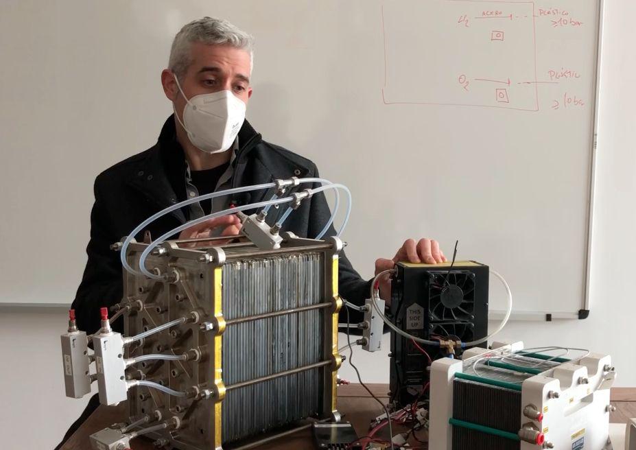 Jordi Renau, investigador del Grupo TecEner de la CEU UCH, mostrando la pila de combustible PEM desarrollada para utilizar el hidrógeno verde como fuente de energía.