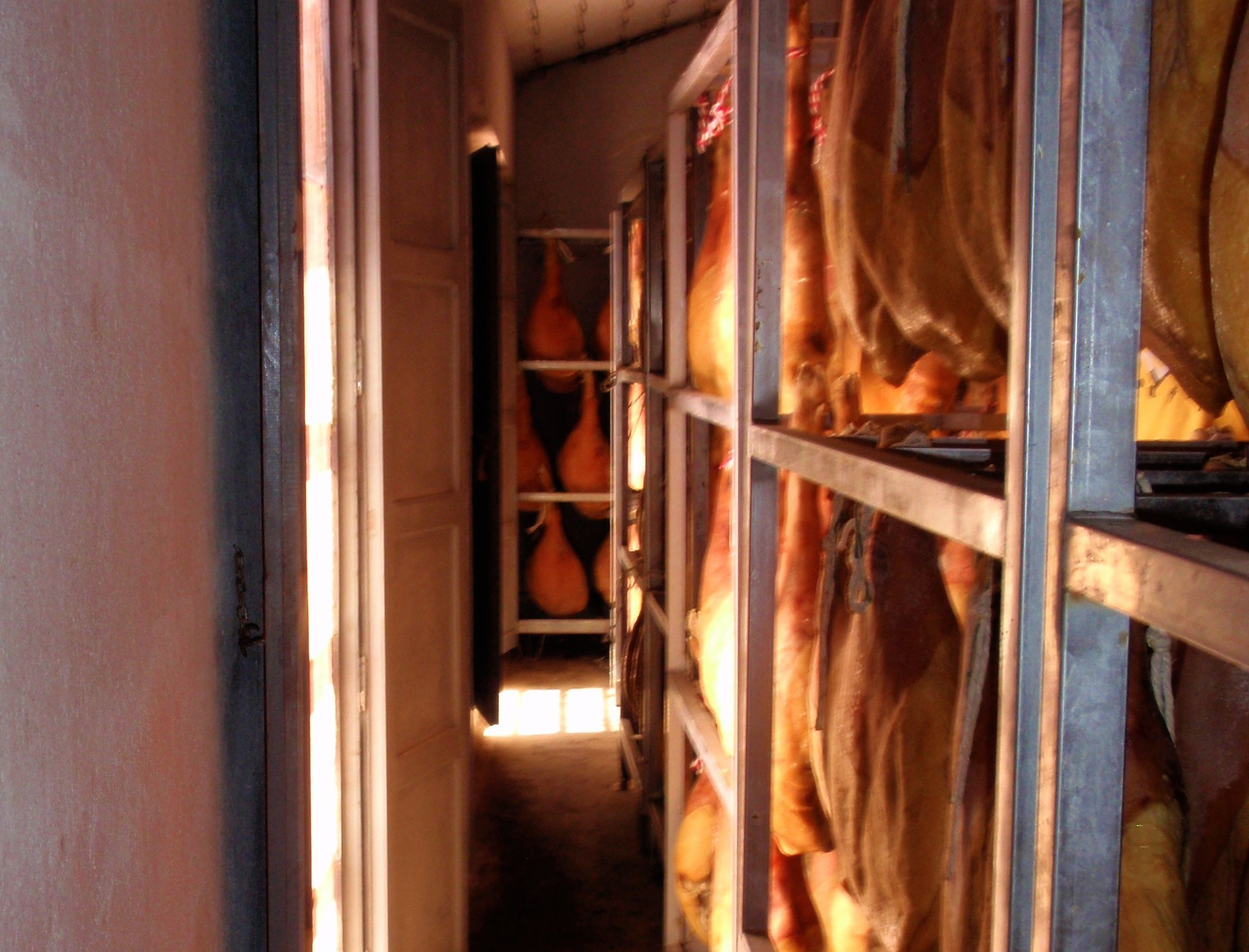 La técnica tradicional del secado natural a ventana abierta de productos cárnicos en Teruel inicia el trámite para su protección como bien de interés cultural inmaterial por el Gobierno de Aragón. Foto: Asociación Provincial de Secaderos al Natural de Teruel.