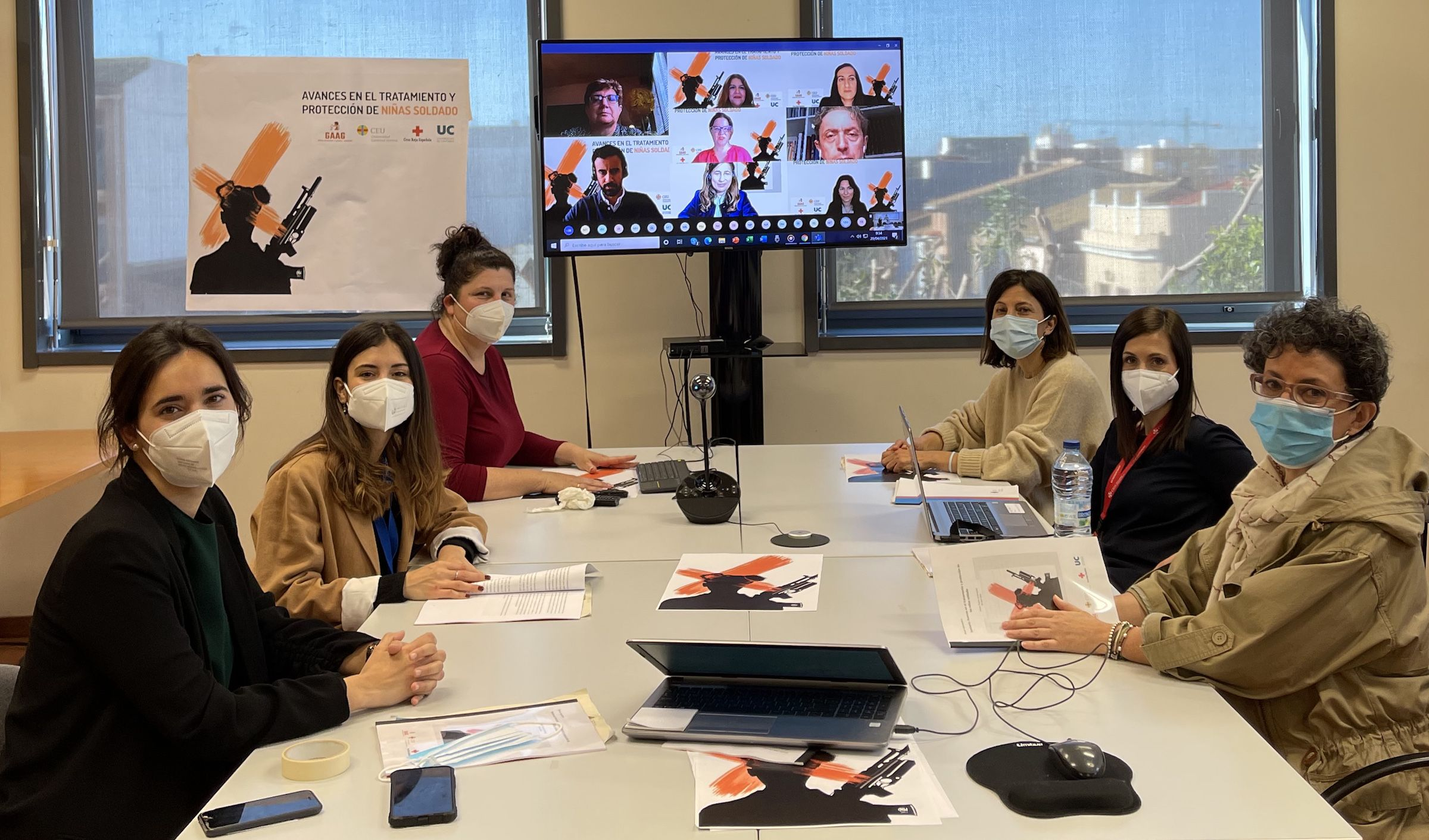 Las investigadoras de la CEU UCH y los expertos internacionales invitados hoy para analizar los retos en la protección y reinserción de las niñas soldado.