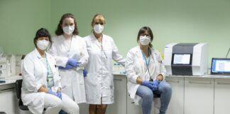 La vicedecana Paula Sánchez Thevenet (CEU UCH), la estudiante de Medicina en la CEU UCH, Lledó Orenga, la doctora María Angélica Fajardo (UNPSJB) y la coordinadora del Grado en Medicina, Isabel Aleixandre (CEU UCH), que colaboran en el estudio de parásitos de relevancia para la salud en bivalvos.