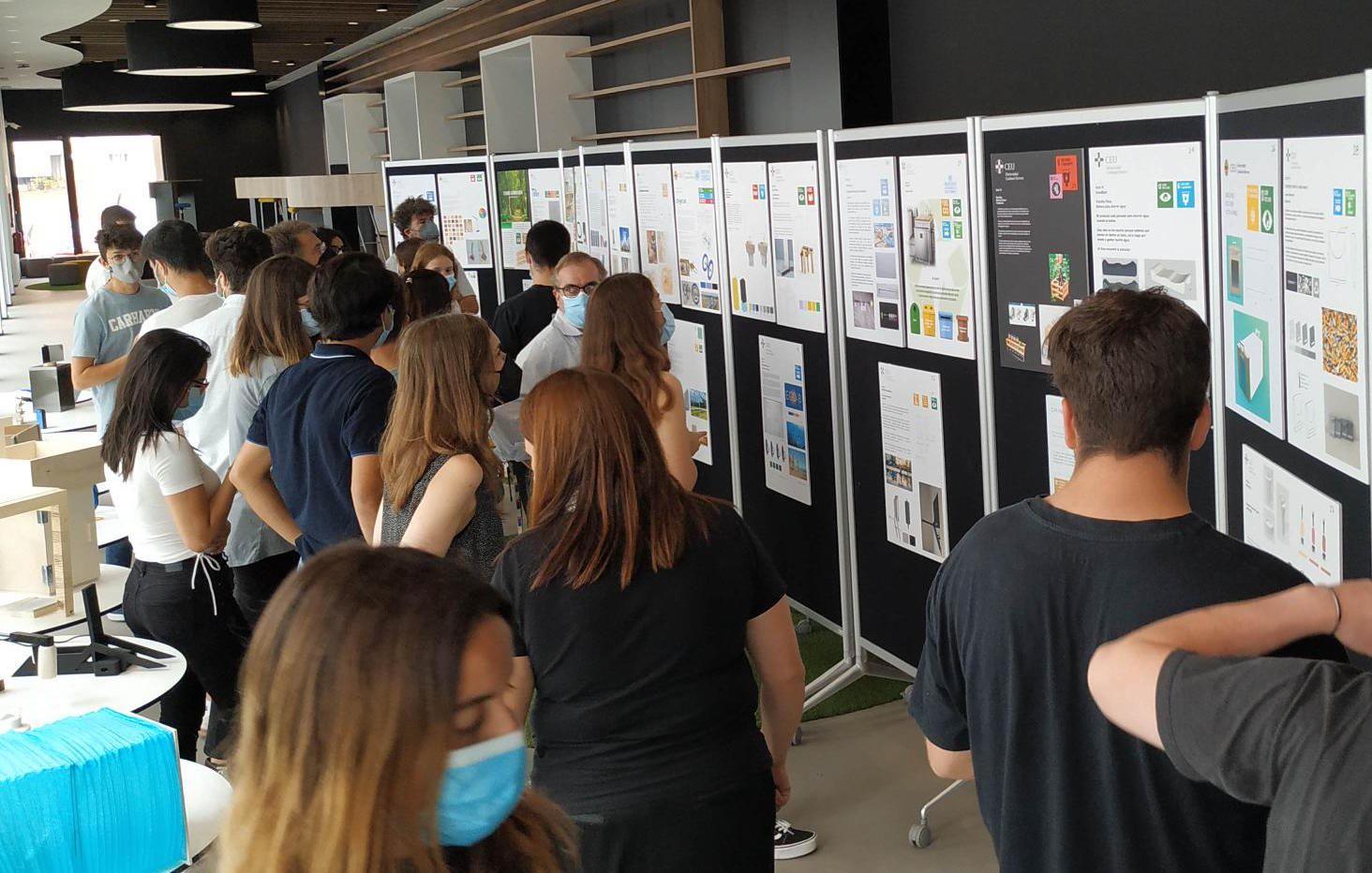 Exposición de diseños para los ODS creados por estudiantes de primer curso de la Escuela de Diseño del CEU.