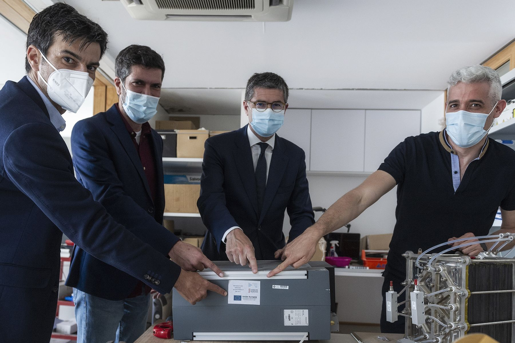 Alejandro Almerich, Javier Torrent y Vicente Albert, de Global Clean Energy (GCE), junto al investigador Jordi Renau, en el banco de pruebas de tecnologías de hidrógeno de la CEU UCH.