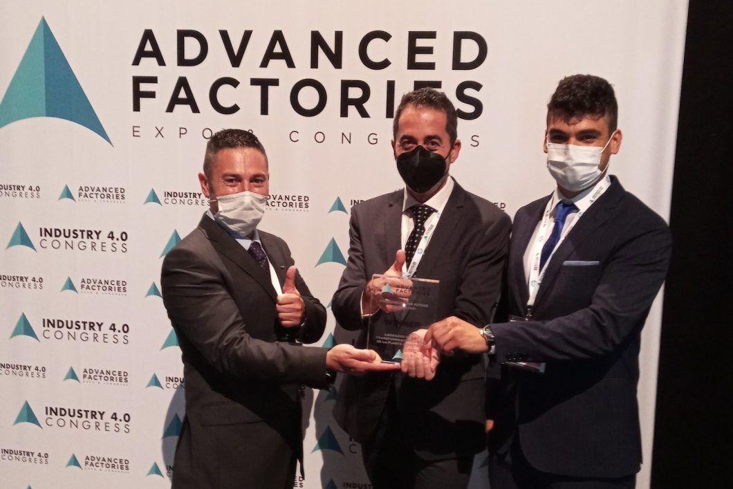 Eduardo García Magraner (Ford Valencia), Nicolás Montes (CEU UCH) y el doctorando Iván Peinado, en la entrega de los premios Factories of the Future Awards 2021, en Barcelona.