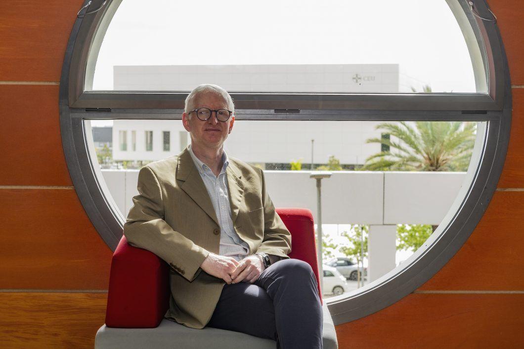 Josep Solves Almela es profesor de Periodismo de la Universidad CEU Cardenal Herrera (CEU UCH), investigador principal del Grupo GIDYC sobre Discapacidad y Comunicación y director del Instituto ODISEAS para la Observación de la Discapacidad y la Enfermedad para la Accesibilidad Social.
