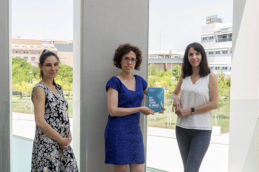 """Las profesoras de la CEU UCH Isabel Martínez Hurtado, Marta Lluesma y Gemma Biviá, autoras del libro """"Antes, durante y después del embarazo"""", de CEU Ediciones."""