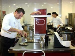 El chef Alejandro del Toro en la cocina de su restaurante