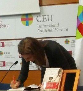 Carmen Posadas firma su libro en el Palacio de Colomina. / Foto: L.G
